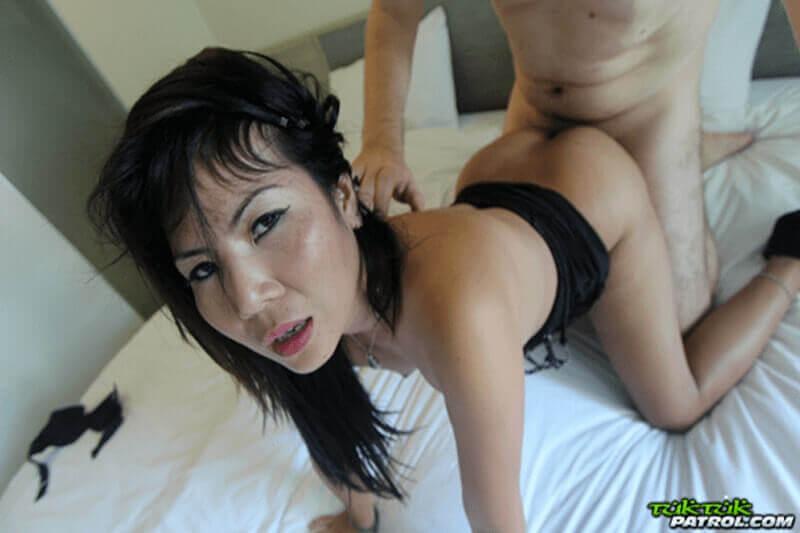 Devote Sexklavin aus Thailand beim Anal Ficken ohne Gummi mit Privat Porno