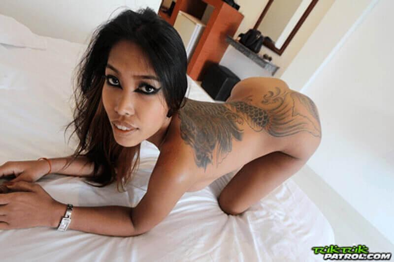 Geiles Pornofoto von nacktem Pornogirl aus Thailand mit sexy Tattoos