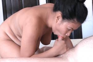 Mollige Asiatin mit dicke Titten beim Blasen